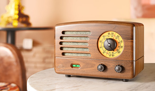 收音机,体积偏大,就像是单位黑白打印机那么大,好像是红灯牌的,天线是
