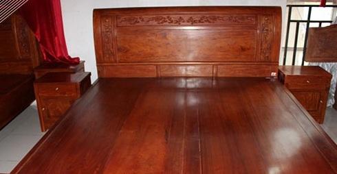 相比之下,缅甸花梨木家具的花纹则较小,更加细而且均匀一些